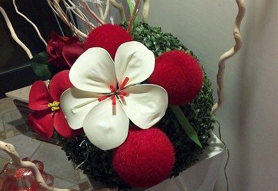 fiore bianco realizzato con palloncini gonfiabili