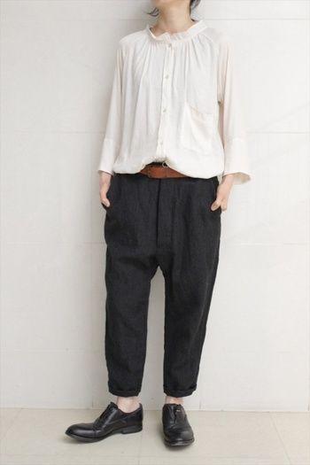 襟、袖の形共にめずらしいシルエットのタックシャツ。 長めの裾は少しゆったりとしたパンツにインすることで、とってもナチュラルな雰囲気に。