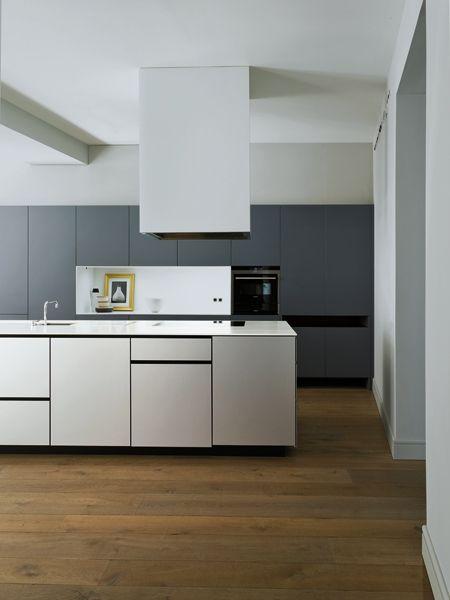 Nell'open space del living la cucina, realizzata su misura da Artificio, ha piani in Corian® per l'isola e legno laccato per l'armadiatura.