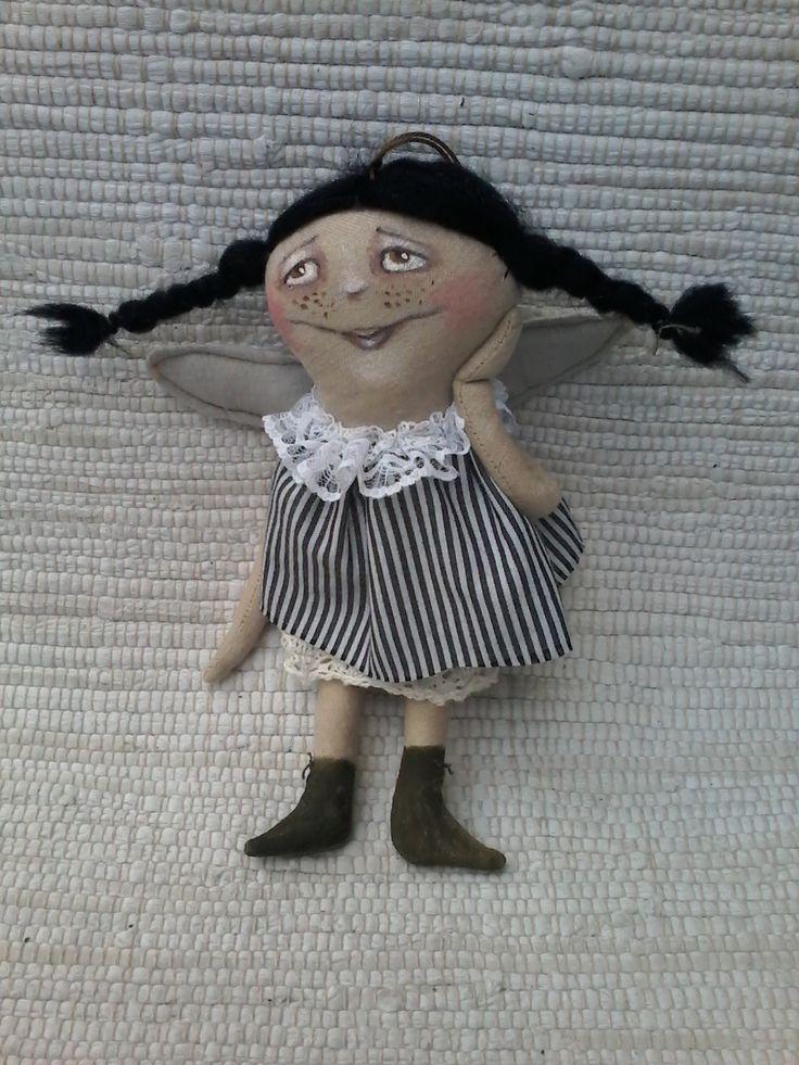 Uličnice - andílek hadrový andílek, šitý z plátna, domalován akryl barvami, proužkaté šatky a spodnička s krajkou, vlásky černé ovčí rouno v - 22 cm - dekorativní hračka panenka andílek