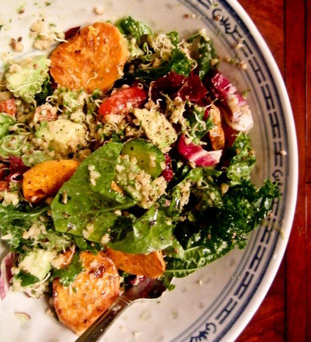 Salade de kale et boulgour, vinaigrette crémeuse à la coriandre