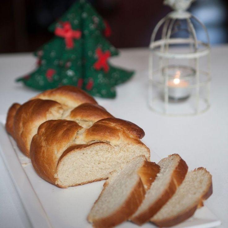 500 gram bloem1 zakje droge gist geraspte schil van 1 citroen80 gram witte basterdsuiker1 zakje vanillesuikerkwart theelepel zout100 ml zonnebloem- of rijstolie200 ml soja- of rijst-, of havermelk (lauwwarm)Nog maar 4 blogs te gaan voor Kerstmis, dus ik begin alvast met de feestrecepten! Om te beginnen een fijn brood voor kerstontbijt of -brunch: d...