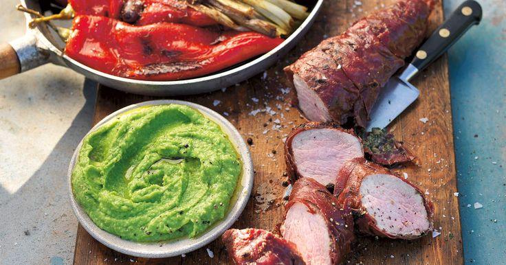 Fläskfilé inlindad i lufttorkad skinka serveras till en sötsyrlig sallad på paprika och oliver. Underbart gott på grillen en sommarkväll!