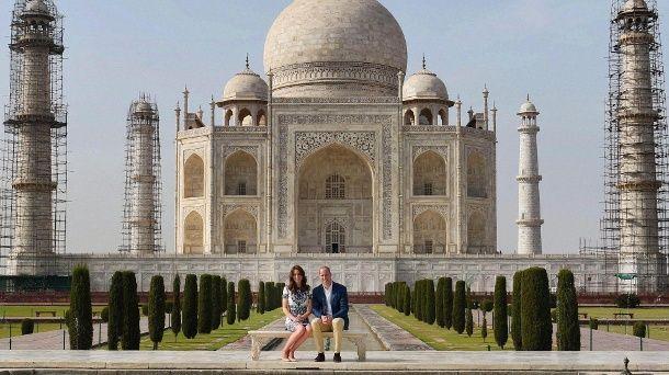 Prinz William und Herzogin Kate vor dem Taj Mahal. (Quelle: AP/dpa)