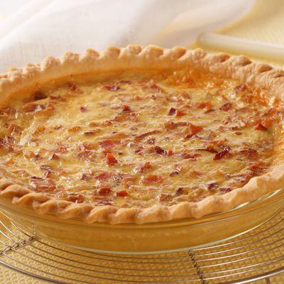 Cebollas picaditas, queso suizo y huevos, forman la increíble mezcla de este quiche. Horneada sobre ...