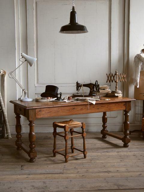 19世紀フランスの、深い味わいが魅力のアンティークテーブル。どっしりと逞しい脚元のデザインがとても印象的。