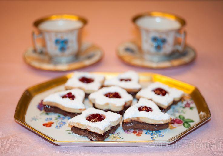 Biscotti con cioccolato amaro e marmellata di lamponi #unlamponelcuore