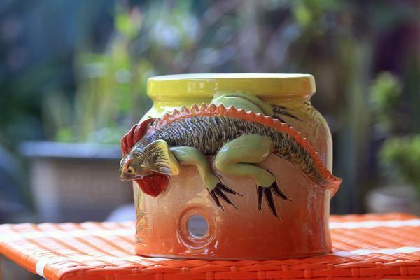 Tempat atau Guci air untuk galon lima (5) literan terbuat dari bahan keramik  keramik Natural  Tanpa Kran air