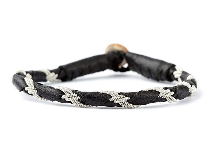 Virkeligt flot Tundra samer-armbånd fra BeChristensen. Armbåndet er lavet af rensdyr læder og tintråd. Armbåndet kan bæres af både mænd og kvinder, vi er helt vilde med det :) #bechristensen #smykker #bracelet