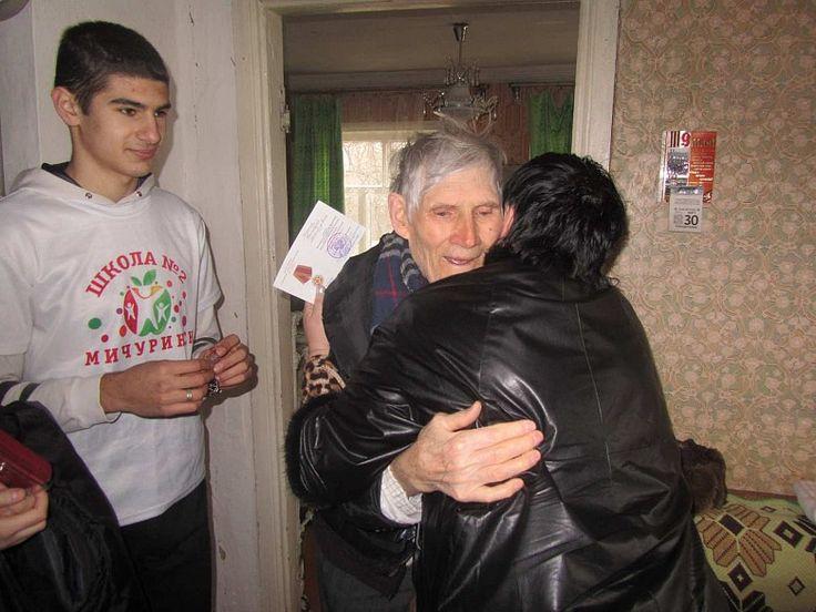 Волонтеры школ Мичуринска вручают юбилейные медали. фото 2