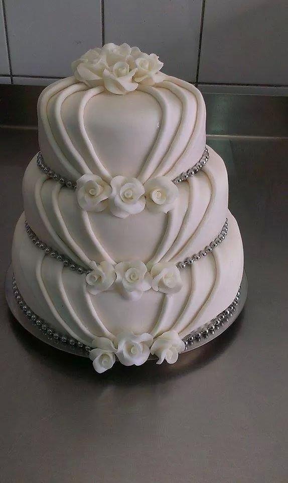 Biały tort weselny, tort weselny z perełkami, tort w stylu angielskim, cukrowe róże, tort weselny z cukrowymi kwiatami, tort w stylu angielskim