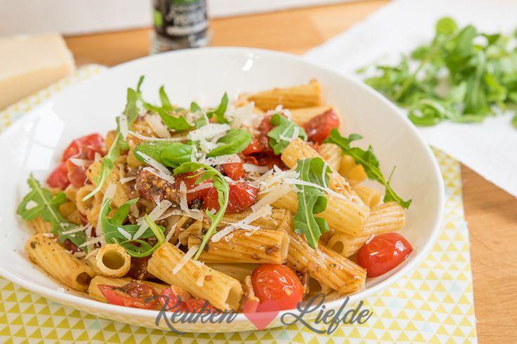 Makkelijker dan dit kan ik koken niet voor je maken. Deze pasta (rigatoni) met een zoete saus van cherrytomaat en knoflook zet je binnen 15 minuten op tafel