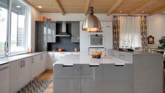 #5 des tabourets intégrés à l'îlot! 10 astuces rangement pour une cuisine idéale. Ma maison rouge #canalvie #maisonrouge #loterieducoeur #cuisine #puregenius #artfromnature