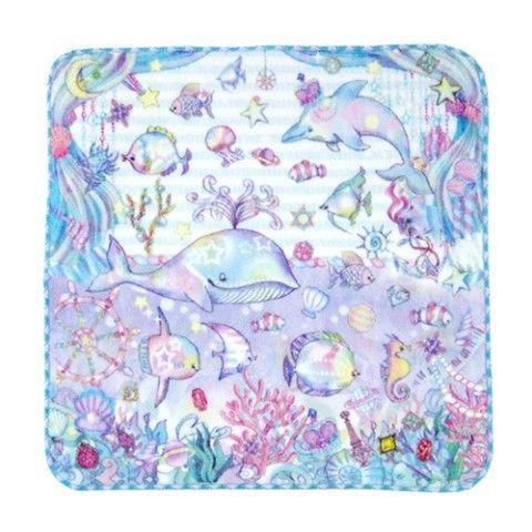 ジュエリーをちりばめたをちりばめた海の中をパステルカラーで描かれたイルカや、クジラ、小さなお魚たちが優雅に泳ぐファンタジーなデザイン♪ 2トーンカラーの可愛いフ