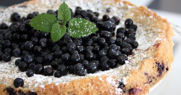 Nu ska ni få ett riktigt superbra recept på en blåbärskaka som blir kladdig och god med mandelmassa i smeten, en kladdkaka med blåbär...