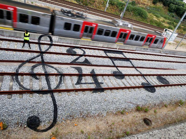 Art de rue ou art de rail ? Voici une série de l'artiste portugais Artur Bordalo dans laquelle il convertit intelligemment les lignes horizontales de voies ferrées en fresque.