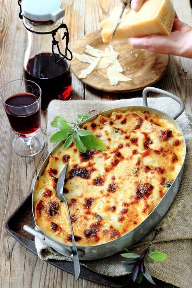 Tillsammans med aubergine, tomat och färsk salvia får cannellonin en härlig och medelhavsinspirerad smak. Att fylla pastarören är visserligen lite pilligt, men allt kan göras i god tid, sen är det enkelt att bara sätta in gratängen i ugnen strax innan den ska serveras.