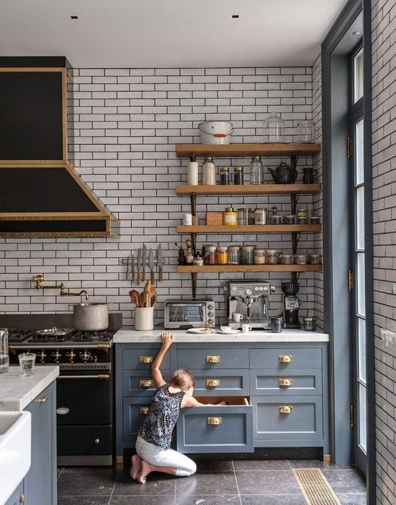 grey kitchen, open shelves:
