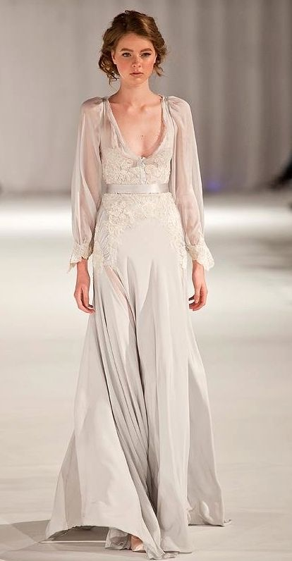The proportions for this dress, sleeves and skirt, are perfect, a little more fabric gathered at the chest. Fashiℴn and Styℓe