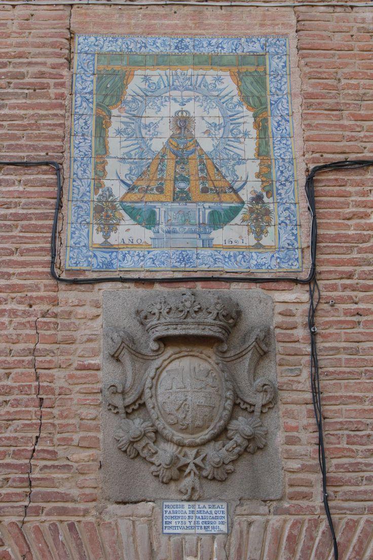 Cabeza del edificio. Mosaico y escudo. El exterior de la cabecera de la basílica es un auténtico museo arqueológico