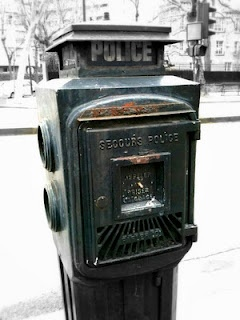This rather strange looking object, on the very limits of the city, is an 'avertisseur de Police'. Before telephones were widely installed across Paris, these machines allowed witnesses to crimes or accidents to contact the nearest police station.