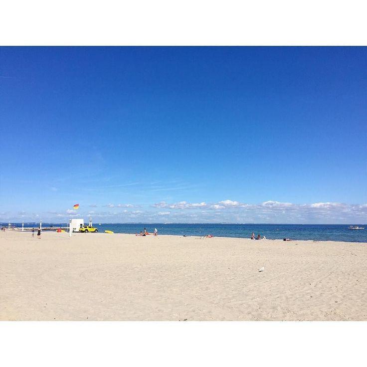 Entiendo (en la acepción más envidiosa) a aquellos que pudieron disfrutar de un día de sol a 21 grados en la playa ha sido tan largo este no verano danés que cualquier pequeña subida del termómetro acompañada de cielo azul es un espejismo de lo que esperábamos y nunca llegó. -  Ahora bien esa bandera roja y amarilla en el Báltico... Estos socorristas vikingos los llevas al Cantábrico y directamente acordonan la orilla!!   #sunnyday #bluesky #beach #bellevuestrand #klampenborg #visitdenmark