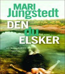 """Den du elsker af Mari Jungstedt er den 12'te kriminalroman i """"Gotlandskrimierne"""" (2017). Kriminalkommisær Anders Knutas kastes ind i efterforskningen af mordet på en ejendomsmægler, som skulle sælge et hus. Salget vækker stærke følelser og der genoplives gamle dybe hemmeligheder hos familien. Klik på forsidefotoet og læs mere om kriminalromanen """"Den du elsker af Mari Jungstedt""""."""