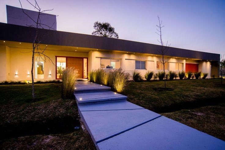 San Vicente. Dinámica y funcional, la casa creada por el estudio Leone-Loray ofrece contención e inmensidad. La implantación es la clave en un diseño que inspira libertad.