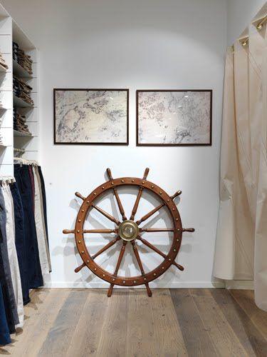 Marynistyka, nautyki, wielkie drewniane koło sterowe, morskie dekoracje, żeglarski wystrój wnętrz