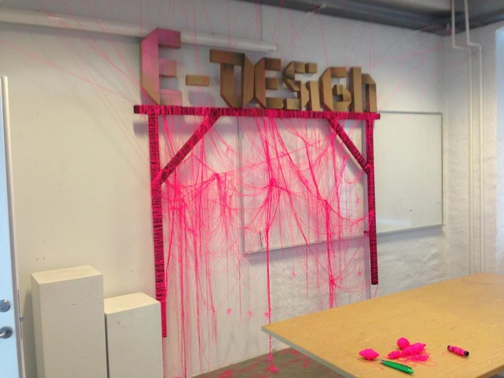 Vores E-design logo som scenografi har bygget fra min gruppe Visuel identitets logo!