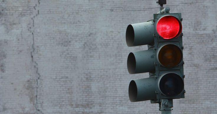 Cómo saber si tienes una multa por pasarte una luz roja. Las cámaras de semáforos instaladas en intersecciones muy transitadas son parte de un programa de seguridad de tránsito para reducir accidentes. Estas cámaras de alta tecnología disparan tres fotografías digitales y capturan un video corto activado al funcionar el semáforo. Los oficiales de policía emiten multas basadas en esta información. Puedes ...