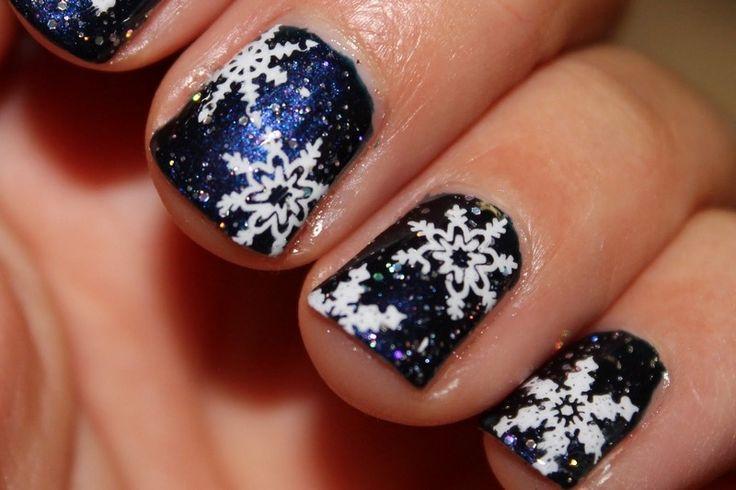nail art Noël flocons de neige sur un fond bleu foncé pailleté