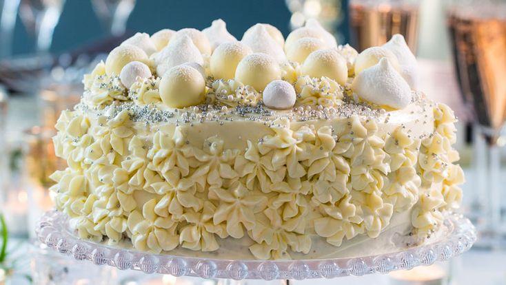 Recept på en elegant och lättbakad tårta! Den läckra festtårtan får härlig smak av vit choklad, mandellikör och lime.