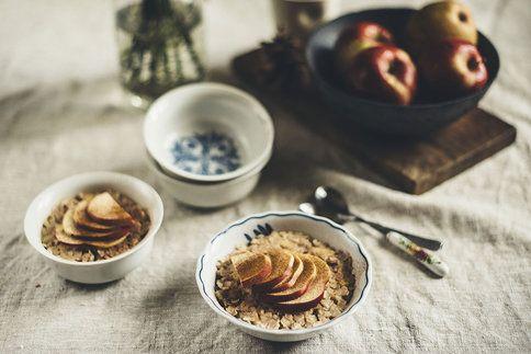 Kaše z rýžových vloček s pečeným jablíčkem je vydatná, plná energie, zdravá a rychle hotová. Co můžete chtít víc? :-)