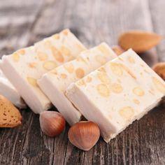 Aprende a preparar turrón de maní con leche con esta rica y fácil receta.  El primer paso para hacer este turrón casero es calentar la leche junto la miel y el azúca...