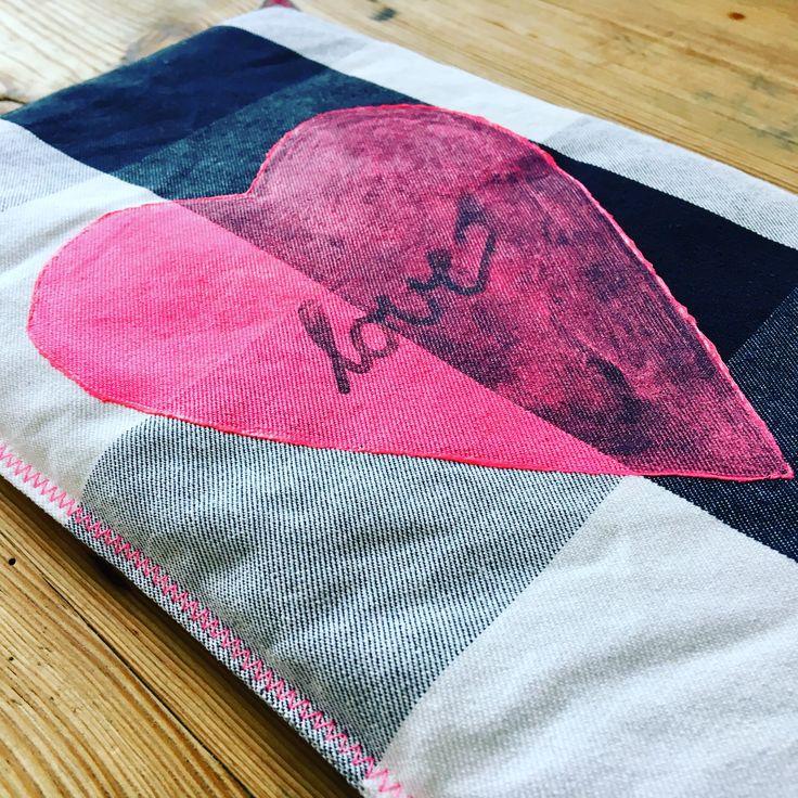 """Das Körnerkissen """"love"""" wärmt an kalten Tagen und hat genau die richtige Größe um es zu kuscheln. Er hilft bei Bauch- und Regelschmerzen und löst Verspannungen. Mehr unter www.elaeven.de"""