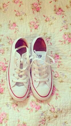 cream converse - perfect with slim fit dark blue jeans