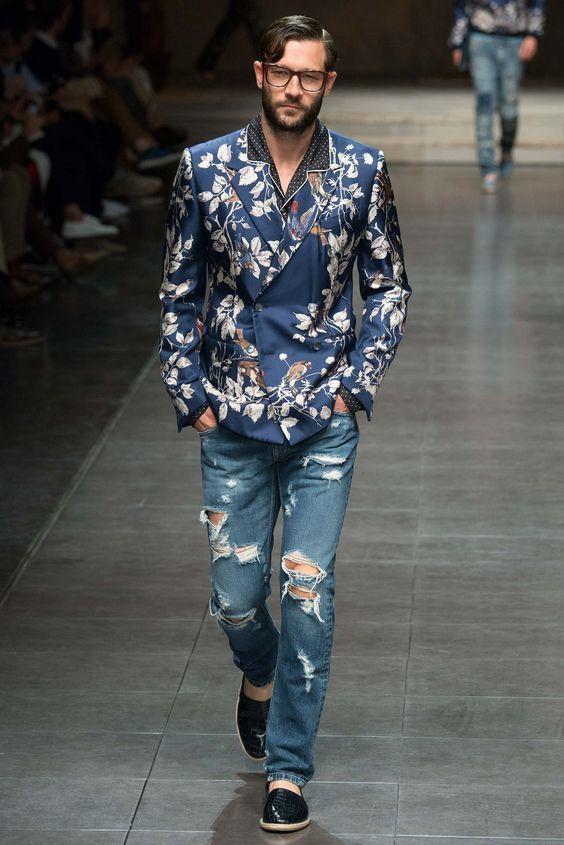 Den Look kaufen: https://lookastic.de/herrenmode/wie-kombinieren/zweireiher-sakko-blaues-langarmhemd-schwarzes-und-weisses-jeans-blaue/19558   — Schwarzes und weißes gepunktetes Langarmhemd  — Blaues Zweireiher Sakko mit Blumenmuster  — Blaue Jeans mit Destroyed-Effekten  — Schwarze Leder Espadrilles