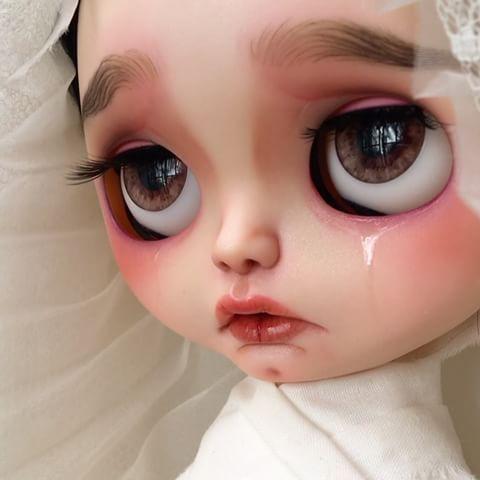 #másamor os recuerdo que podéis visitar la exposión #7VÍRGENES en @ungatoenbicicleta hasta el próximo 19 de  Abril.  #erregiro #erregirodolls #bigeyes #blythe #doll #boneca #muñeca #custom #blythedoll #carving #poupée #makeup #sculpt #maquillaje #instadoll #haircut #手首 #ブライズ #fashion #moda #ブライスドール #art #diseño #design #instablythe #arte #arttoy