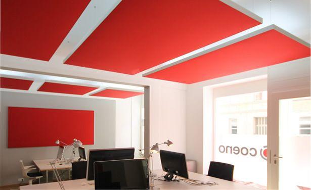 Farbige Deckenpaneele zum Schallschutz im Büro