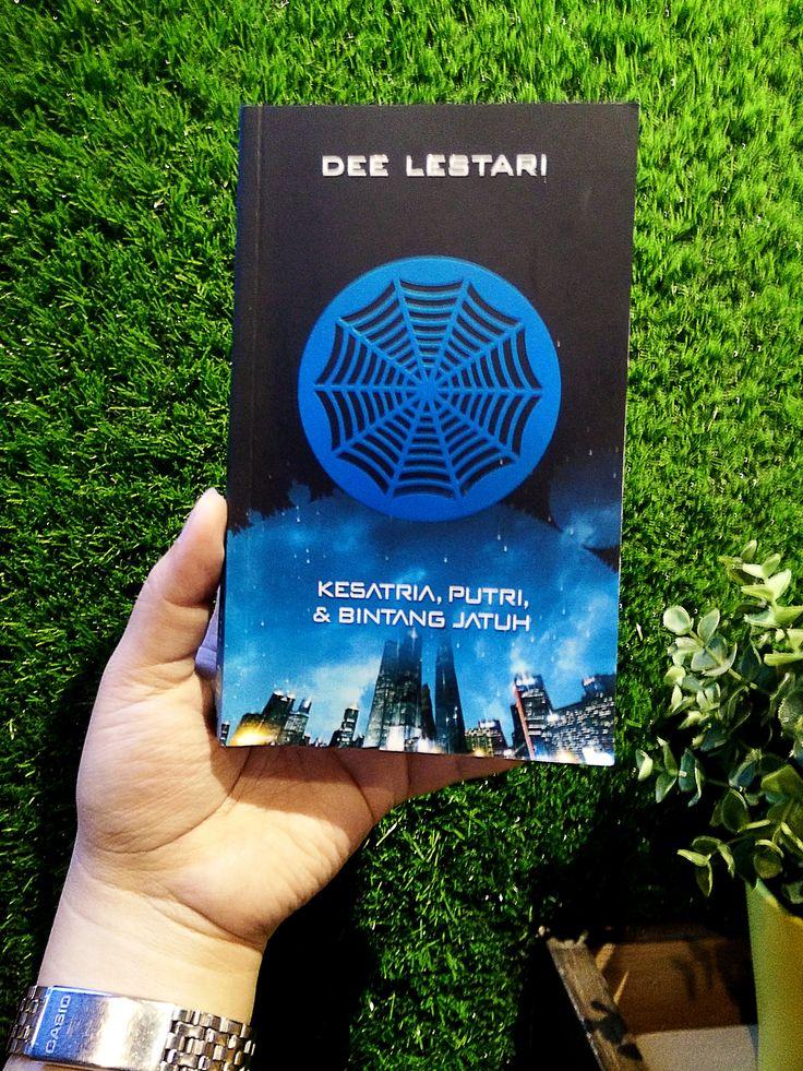 A book by Dee Lestari. Kesatria, Putri & Bintang Jatuh