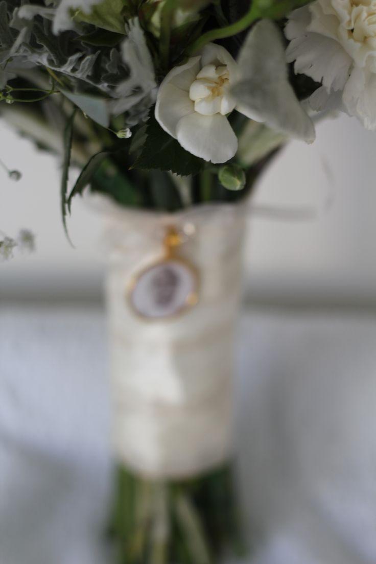locket/ keepsake on stems www.wanakaweddingflowers.co.nz/gallery/