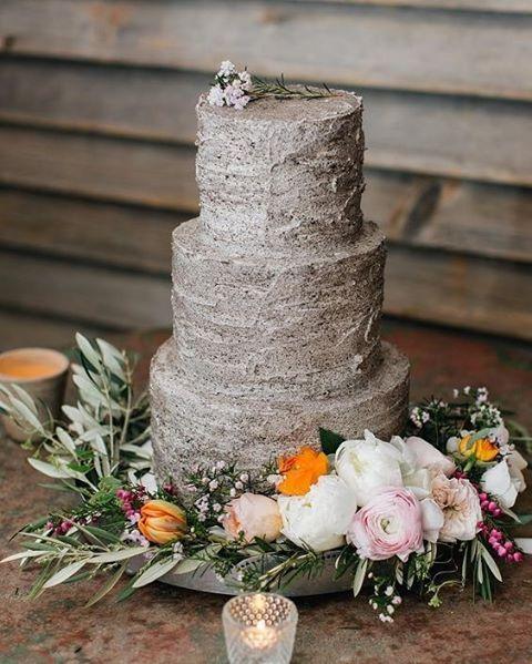 Um belo bolo, feito de cookies e creme, com um lindo arranjo floral para um casamento rústico.  Super inspirador e de dar água na boca!  {via @nutmegcakedesign Instagram} #armazeminspira
