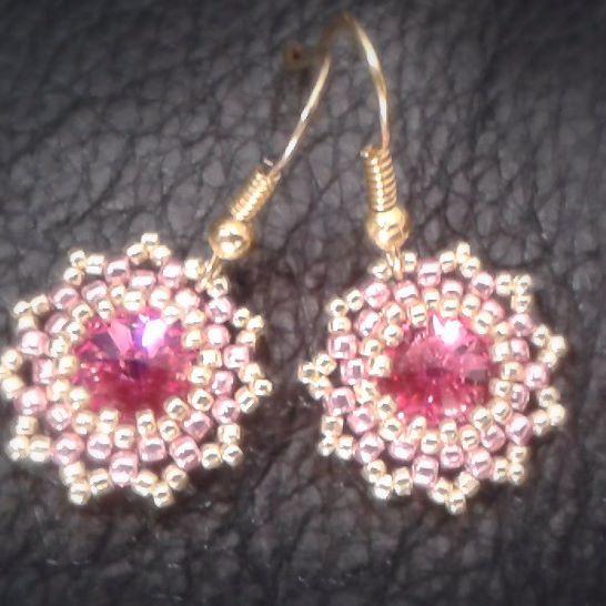 Różowy z błyskiem😊 Kryształki Swarovskiego oplecione koralikami Toho Metallic. #kolczyki #recznierobione #różowe #handmade #jewelry #earring #beading #pink #pinkpower #madewithlove #toho #swarovsky