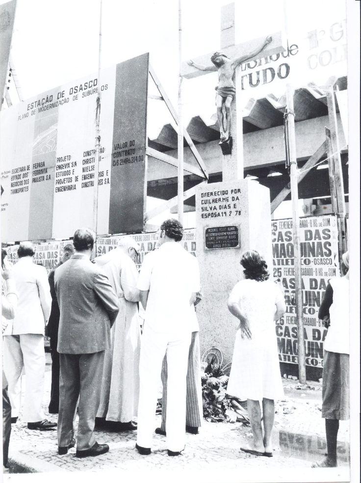 Cruzeiro colocado diante da Estação Ferroviária de Osasco, em 1978. Com o tempo, o Cruzeiro foi retirado, sem explicação, e desapareceu, assim como aconteceu ao relógio suíço, doação de Antonio Menck, que existia sobre uma coluna no cruzamento das Ruas Salem Bechara e Avenida dos Autonomistas...