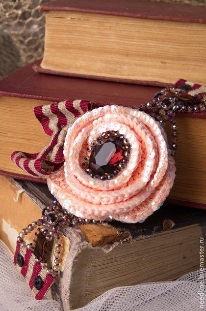 Строгий и благородный! Изысканный и нежный...  Этот браслет для истинной Леди)  Крупная нежно- лососево-персикового цвета роза , с крупным кристаллом Сваровски по центру ...  Роза связана из шелка и хлопком;