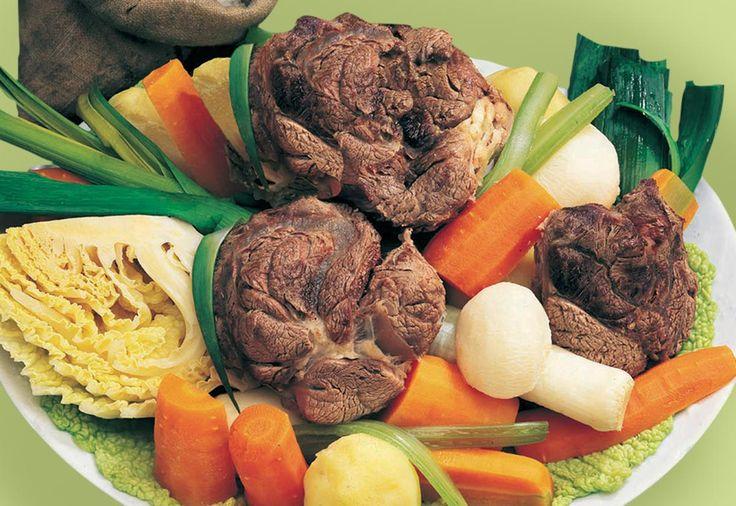 POT AU FEU    Préparation : 30 mn Cuisson : 3 h Personnes : 4 Ingrédients • 2 kg de viande de boeuf dans le collier, le plat de côtes, le jarret, la joue. • 4 oignons • 4 poireaux • 8 pommes de terre • 8 carottes, 2 navets • […]    Toutes nos recettes sur http://interbev-bretagne.fr/les-recettes/     #Cuisine #Boeuf #plat #recette #Interbev #viande
