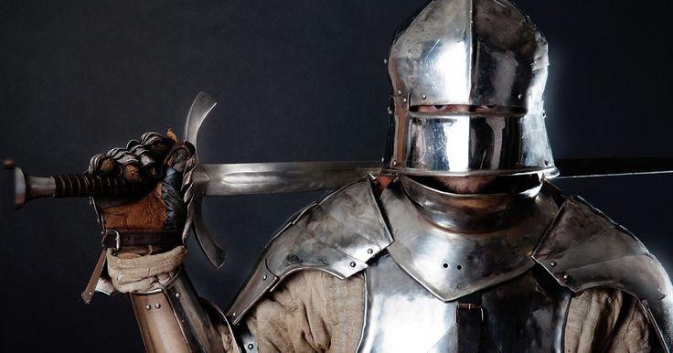 Cómo hacer un trajes medieval de caballero. Dale a tu hijo o hija el mejor disfraz de Halloween haciendo un traje de caballero medieval. Utiliza materiales reciclados, como una jarra de leche y un rollo de papel de embalaje vacíos, para los accesorios del caballero y tendrás un traje que es barato y fácil de hacer. No te sorprendas si, una vez que el traje está hecho, empiezas a ver a un ...