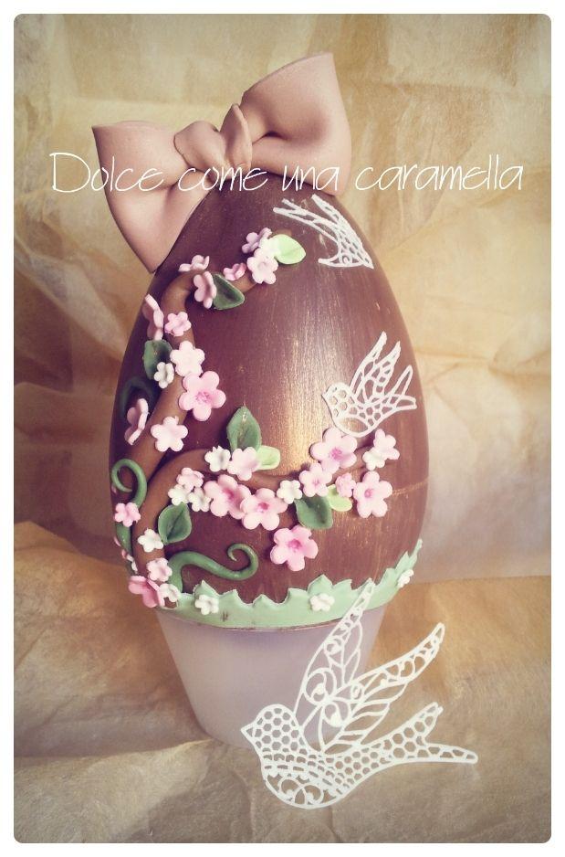 Uovo di cioccolato decorato a mano