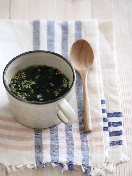 お腹が空いていて、すぐにでも何かお腹に入れたい時ってありますよね。そんな時は簡単にできるスープがおすすめです。やさしく体が温まり、ダイエットにも最適です。お腹が満たされる6種類のスープをご紹介します。